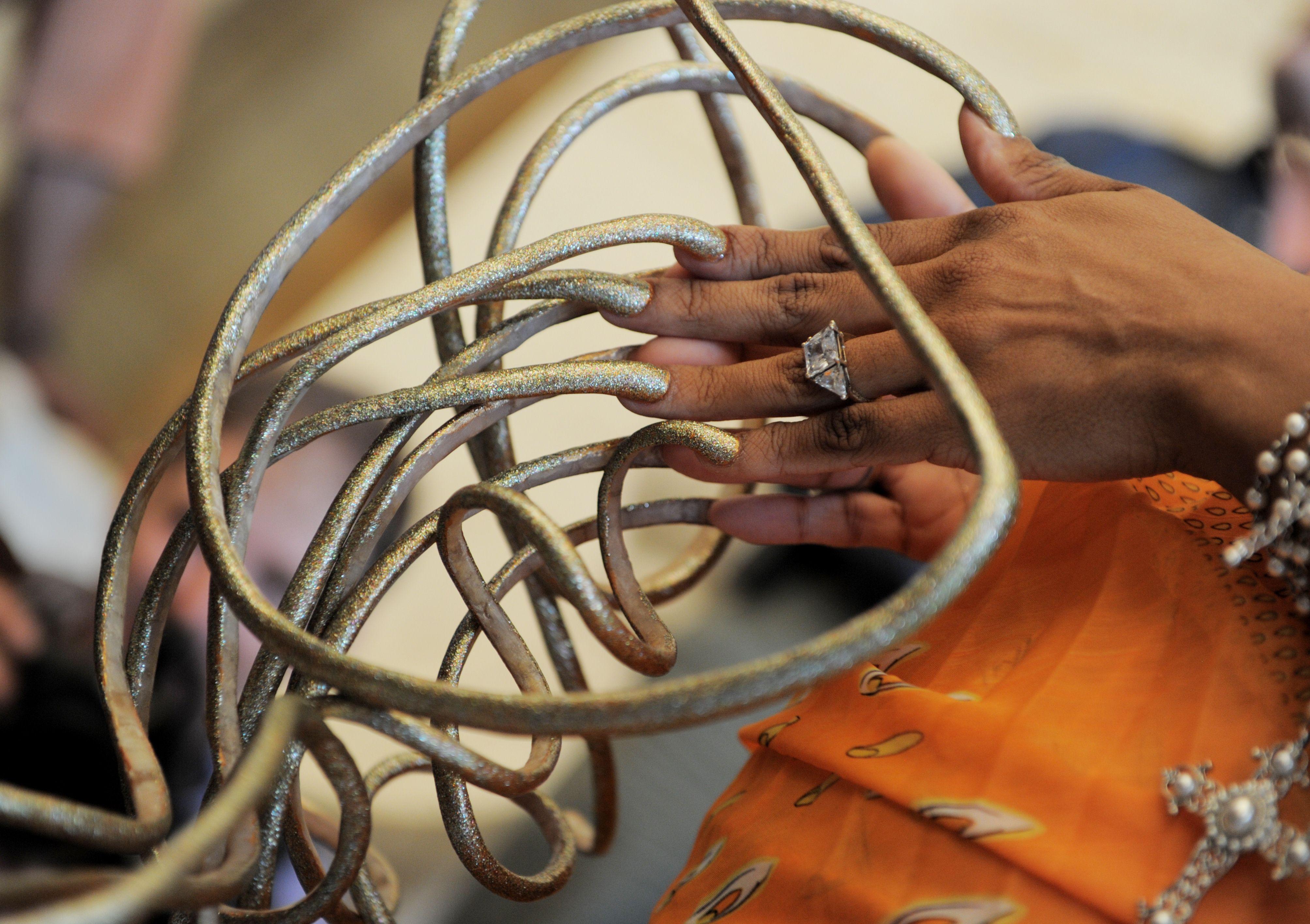 Смотреть самые длинные ногти в мире