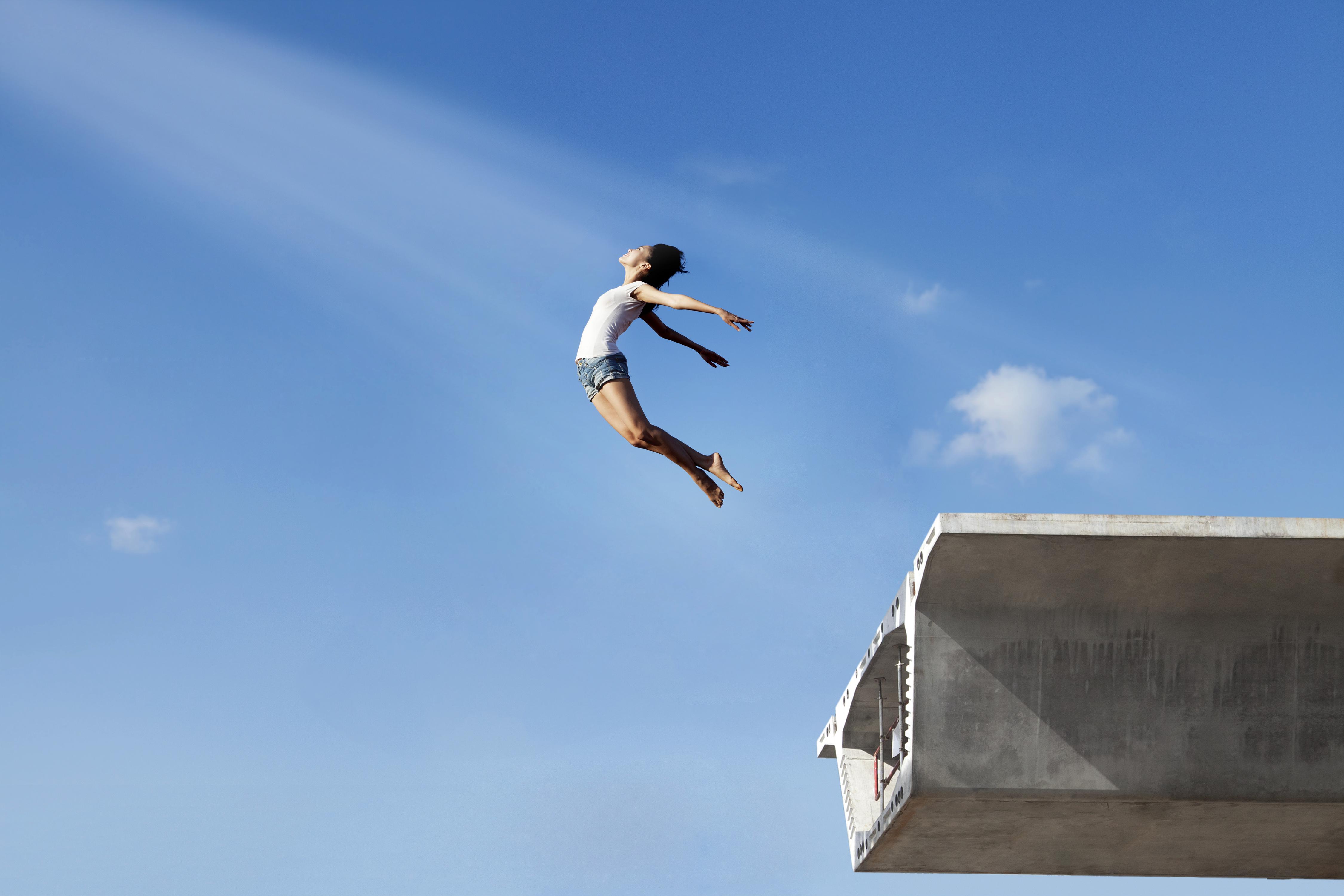 Девушка прыгает с моста фото
