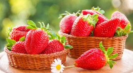 4K A Basket Of Strawberries Wallpaper Free