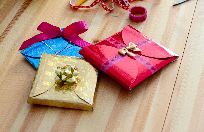 Как упаковать подарок конвертиком 89