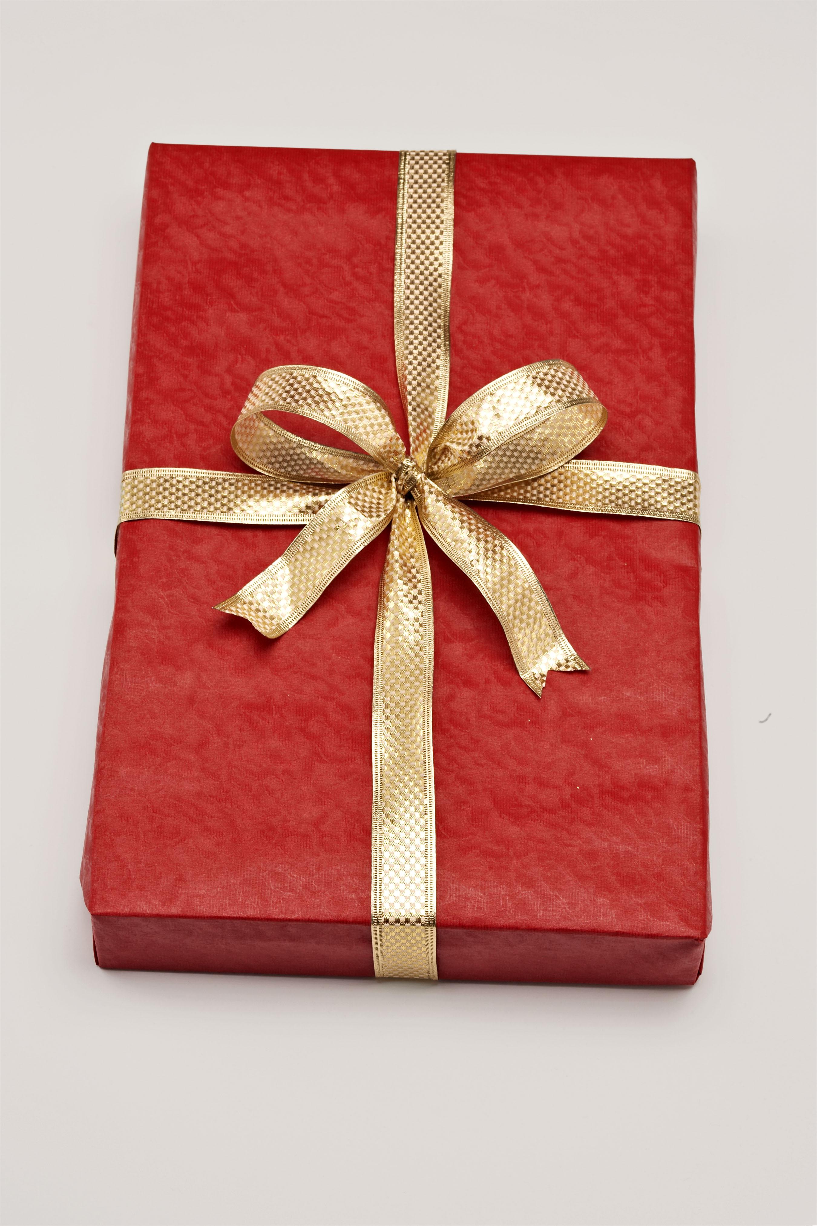 Как правильно упаковать подарок в оберточную бумагу