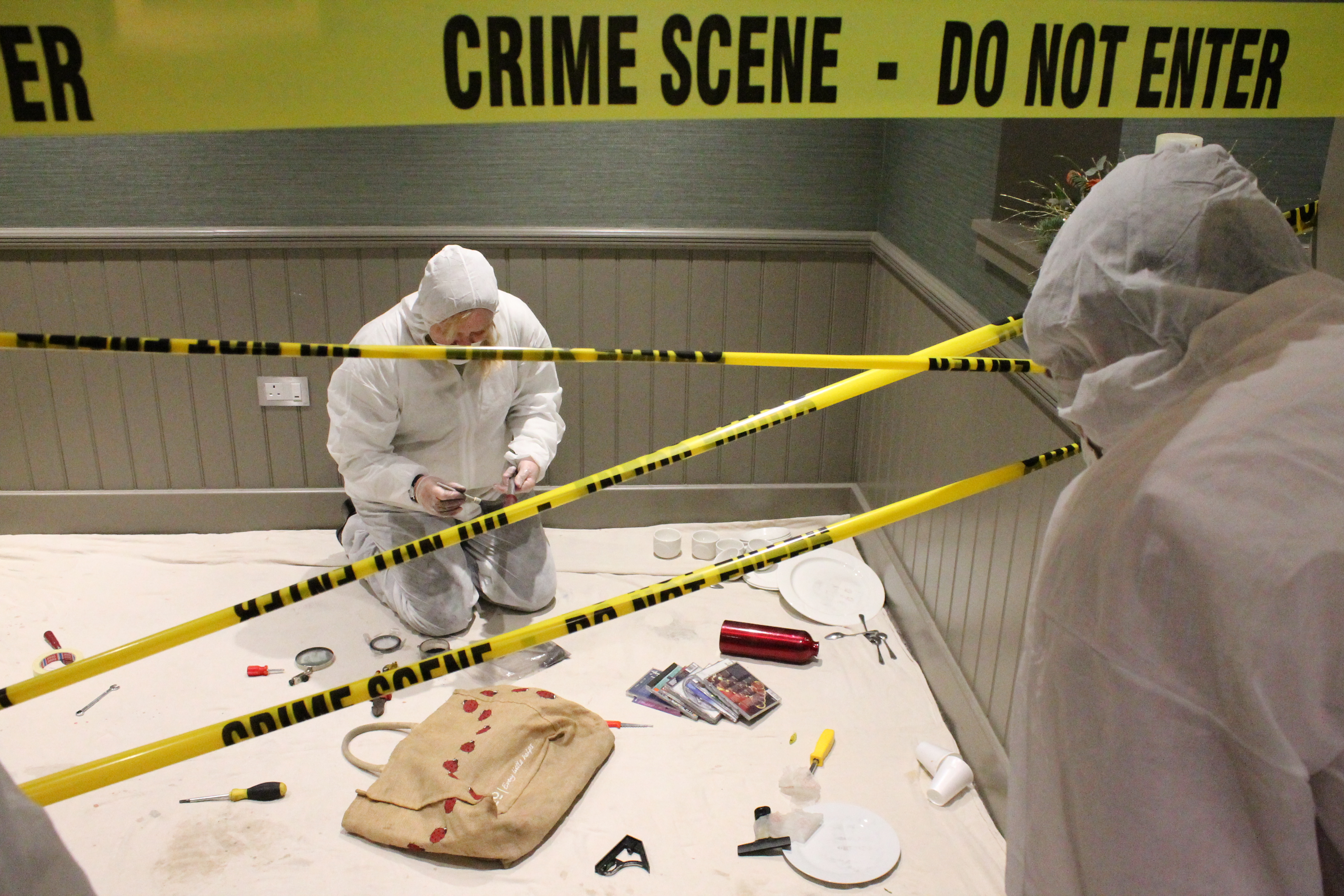 a crime scene Crime scene investigators (csis) go by many names, including evidence technician, crime scene technician, forensic investigator, crime scene analyst, criminalistics officer and more in the past, most csis were trained police officers in fact, most still work out of police stations today.