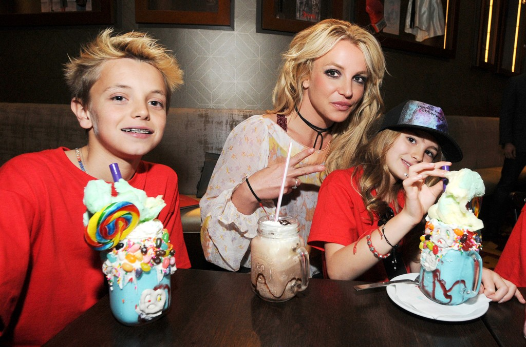 Britney Spears At Home wallpapers HD